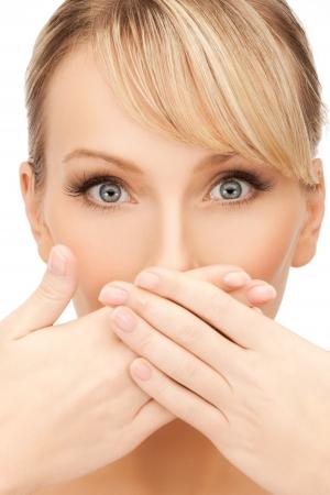 le visage de la belle femme couvrant sa bouche