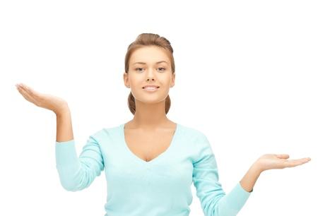 unequal: mujer que mide algo en las palmas de las manos