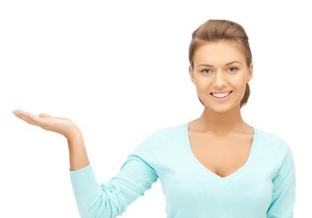 vrouw iets op de palm van haar hand Stockfoto