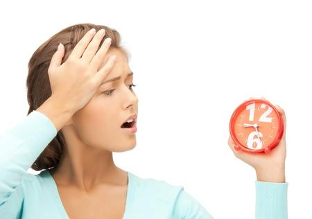 imagen de la mujer atractiva con el reloj de alarma