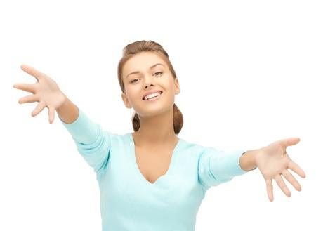 personas abrazadas: mujer amistosa con una mano abierta lista para abrazar
