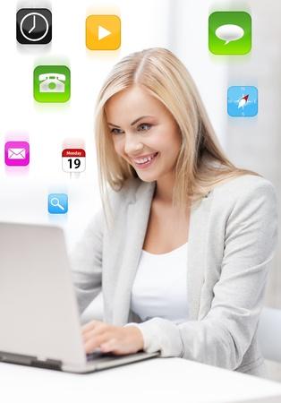 networking people: foto de la sonriente mujer de negocios que usa su computadora port?til