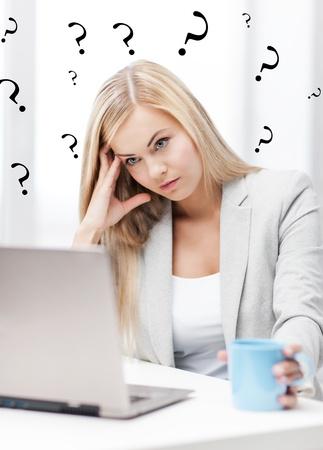 persona confundida: imagen interior de mujer aburrida y cansada con la computadora portátil