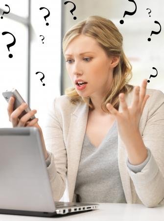 혼란스러운: 휴대 전화와 혼란 여자의 그림 스톡 사진