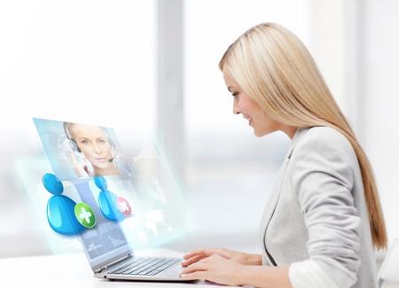 empresaria sonriente comunicarse con el operador línea de ayuda Foto de archivo