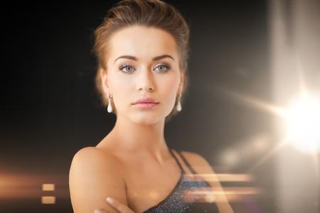 edelstenen: mooie vrouw in avondjurk dragen diamanten oorbellen