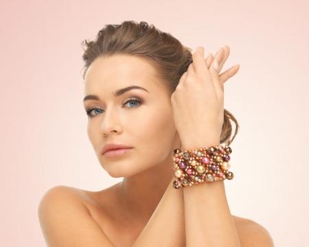 hermosa mujer con joyas de la mano con los granos Foto de archivo