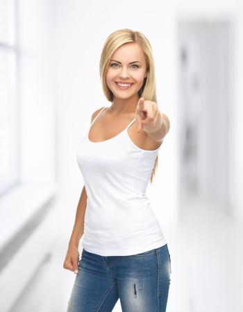 mujer feliz en blanco camiseta blanca que se?ala en usted
