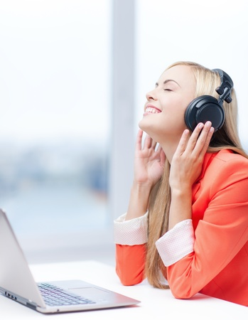 personas escuchando: mujer feliz con auriculares escuchando música Foto de archivo