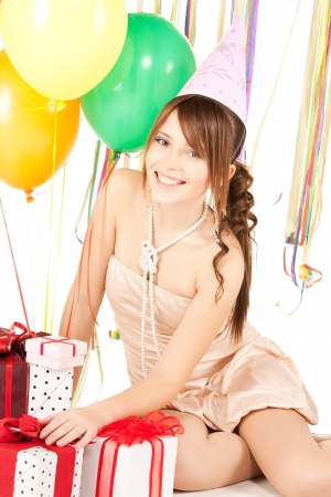 bachelore party: imagen de niña feliz con globos de colores y cajas de regalo