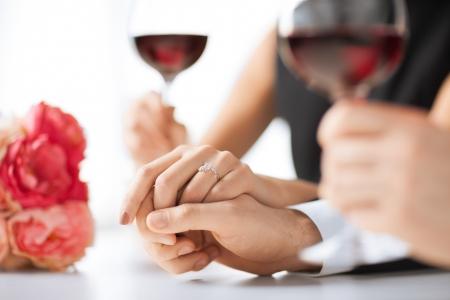 femme romantique: photo du couple engag� avec des verres de vin au restaurant