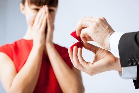 verlobung: Bild eines Paares mit Ehering und Geschenk-Box