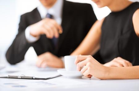 legal document: Foto de mujer a mano de papel firma del contrato