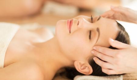 masajes faciales: cerca de la mujer en el sal�n de spa recibiendo tratamiento facial Foto de archivo