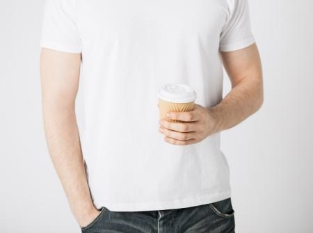 Mano de hombre sosteniendo llevarse la taza de caf� photo