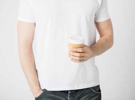 držení: muž rukou hospodářství vzít šálek kávy