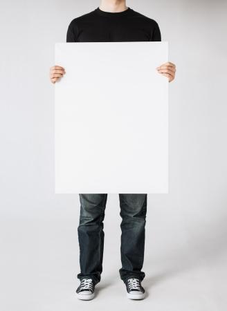 držení: zblízka rukou člověka ukazující bílé prázdné palubě Reklamní fotografie