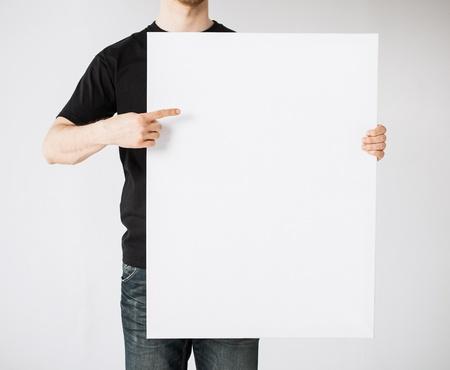 空白のホワイト ボードを示す人間手のクローズ アップ 写真素材