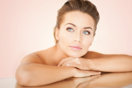 masajes faciales: cerca de la mujer so�ando tendido en el espejo Foto de archivo