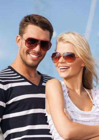 sunglasses: imagen de la feliz pareja joven en el puerto Foto de archivo