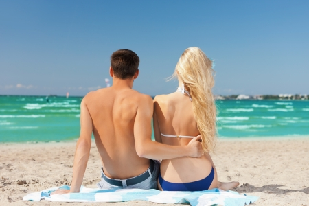 romantizm: çiftin resim sahilde oturan Stok Fotoğraf
