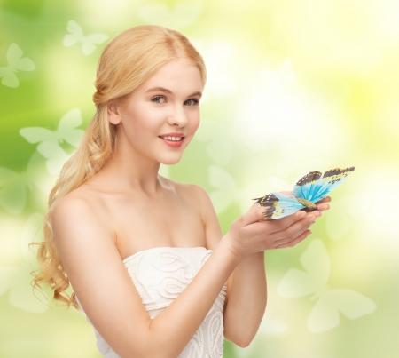 donna farfalla: immagine della bella donna con farfalla in mano