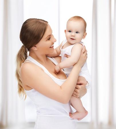 사랑스러운 아기와 함께 행복 한 어머니의 그림 스톡 콘텐츠