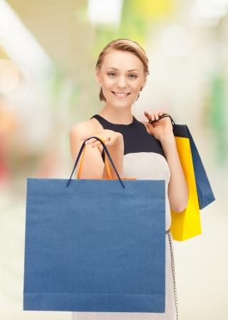 imagen de mujer encantadora con bolsas de compra