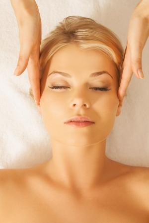 levantandose: cerca de la mujer en el salón de spa recibiendo tratamiento facial Foto de archivo