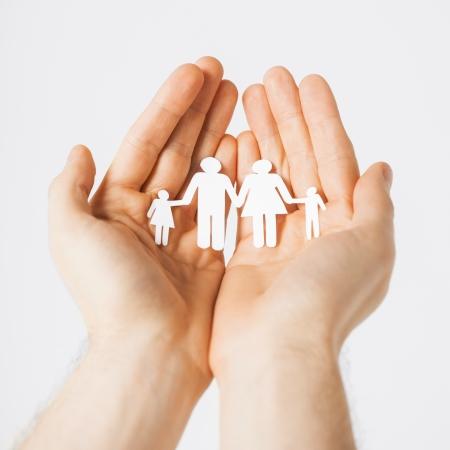 planificación familiar: las manos del hombre que muestra la familia de hombres de papel