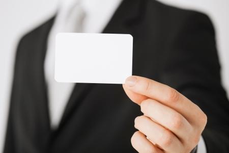 白紙の用紙と人間の手の画像