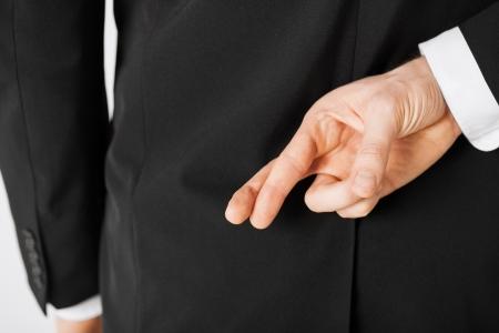 交差させた指を持つ男の明るい絵