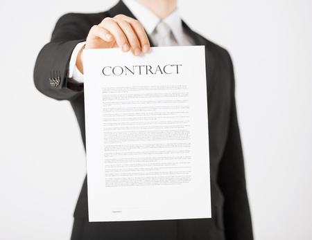 beeld van de mens handen met contract met willekeurige tekst Stockfoto