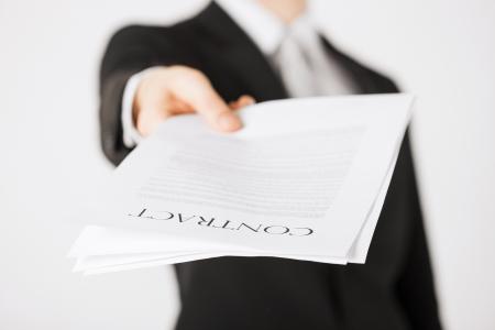 signing: immagine di uomo mani tenendo contratto con testo casuale