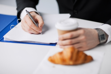 d'affaires sur sa pause café en prenant des notes