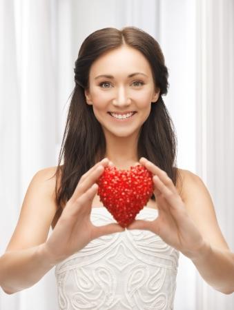 forme: image de la femme heureuse montrant forme de coeur Banque d'images