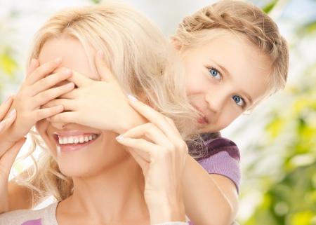 �tonnement: Photo de la m�re et sa fille faire une blague ou jouer � cache-cache