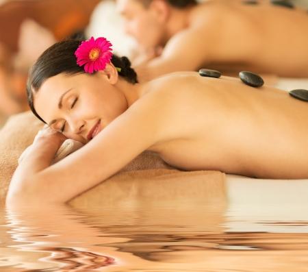 happy holidays: foto van paar in spa salon met hete stenen