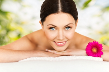 tratamiento facial: imagen de la mujer en el sal?n de spa acostado sobre la mesa de masaje
