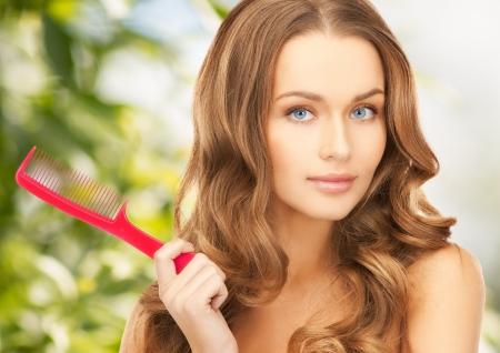 長い巻き毛とブラシで美しい女性 写真素材