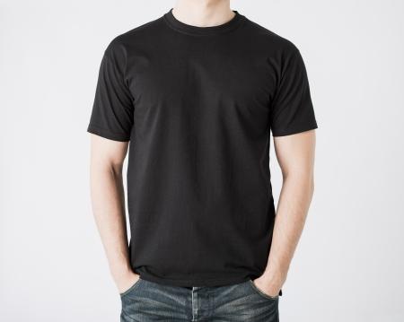 Cerca del hombre en blanco t-shirt Foto de archivo - 20110987