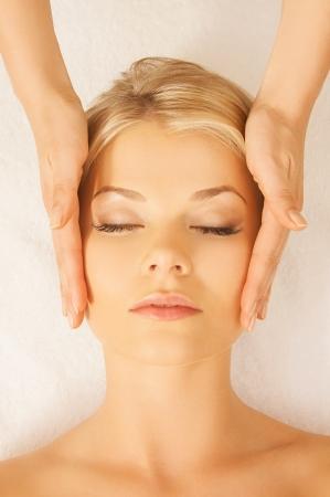 levantandose: cerca de la mujer en el sal?e spa recibiendo tratamiento facial