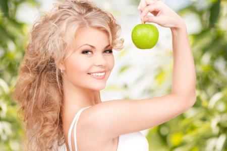 buena salud: imagen de hermosa mujer joven con manzana verde Foto de archivo