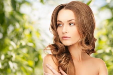 長い髪と美しい女性の明るい絵