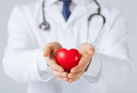 close-up van man handen met hart Stockfoto