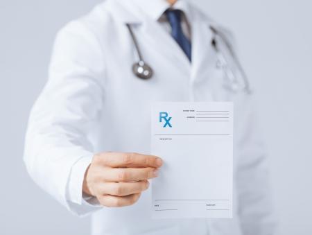 rx 紙を手で保持している男性医師のクローズ アップ 写真素材