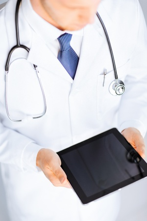male doctor: Close up di maschio medico in possesso di tablet pc