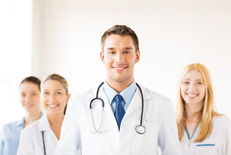estudiantes medicina: médico masculino atractivo frente a grupo médico