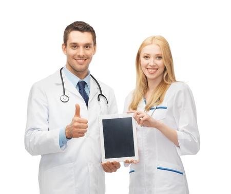 m�decins: deux jeunes m�decins tenant pc tablette en mains Banque d'images