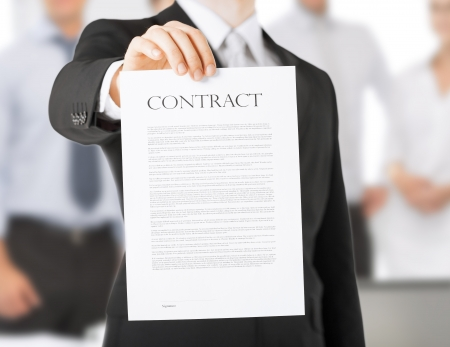 contrato de trabajo: foto de las manos del hombre la celebraci?e contrato con texto al azar